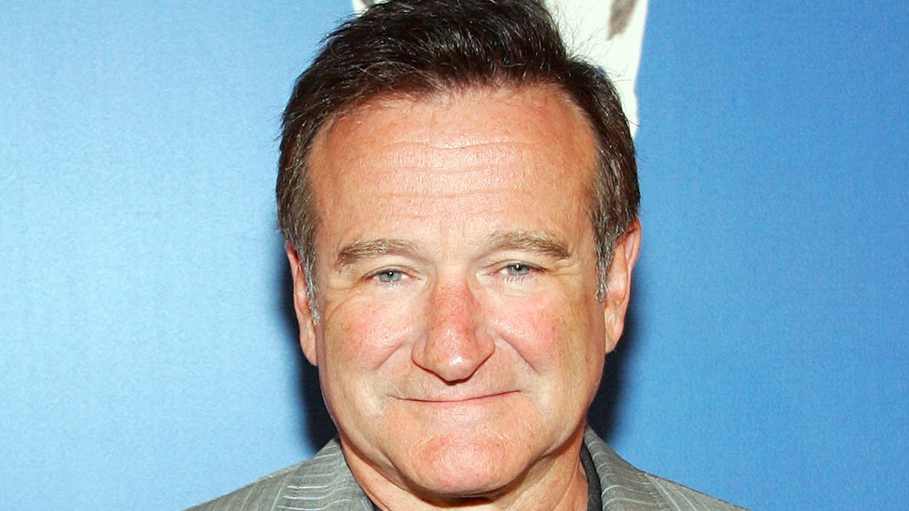 Robin Williams posing on the red carpet